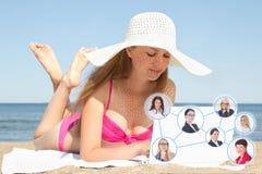 Concepto social de la red - mujer hermosa joven que trabaja en el ordenador portátil Imagen de archivo libre de regalías