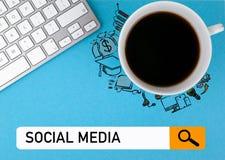 Concepto social de los media Taza de café y teclado de ordenador en un fondo azul imagen de archivo libre de regalías