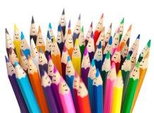 Concepto social sonriente del establecimiento de una red de los lápices coloridos de las caras Imagen de archivo