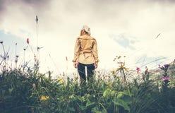Concepto solo de la forma de vida del viaje de la mujer que camina joven imagen de archivo