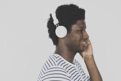 Concepto sonriente de la música del varón que escucha africano Imágenes de archivo libres de regalías