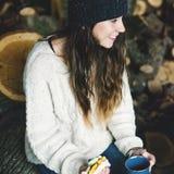 Concepto sonriente de la relajación de la serrería del bocadillo de la mujer que acampa fotografía de archivo