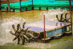 Concepto sostenible de la energía Turbina del agua con el panel solar para w Foto de archivo libre de regalías
