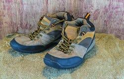 Concepto Still- de la vida que camina botas o los zapatos al aire libre en sisal del saco Imagenes de archivo