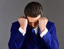 Concepto subrayado y cansado Hombre de negocios joven y hermoso fotos de archivo