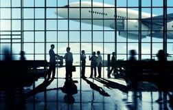 Concepto terminal del aeropuerto de Communter del apretón de manos del viaje de negocios imagen de archivo libre de regalías