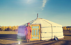 Concepto tranquilo de la opinión mongol de señora Standing Tent Scenic Fotos de archivo libres de regalías