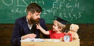 Concepto travieso del niño Engendre con la barba, profesor enseña al hijo, niño pequeño Distracción alegre del niño mientras que  imágenes de archivo libres de regalías