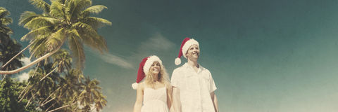 Concepto tropical de la playa del sombrero de la Navidad de la luna de miel de los pares Imágenes de archivo libres de regalías