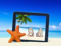 Concepto tropical del marco de la tableta de Digitaces de la playa del verano del paraíso Imagen de archivo