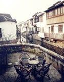 Concepto urbano de la escena del café rústico de los muebles antiguos Imagen de archivo libre de regalías