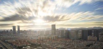 Concepto urbano de las propiedades inmobiliarias: ciudad en el cielo del color y el fondo crepusculares del paisaje urbano de las foto de archivo libre de regalías