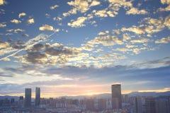 Concepto urbano de las propiedades inmobiliarias: ciudad en el cielo del color y el fondo crepusculares del paisaje urbano de las imagen de archivo libre de regalías