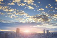 Concepto urbano de las propiedades inmobiliarias: ciudad en el cielo del color y el fondo crepusculares del paisaje urbano de las fotografía de archivo