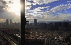 Concepto urbano de las propiedades inmobiliarias: ciudad en el cielo del color y el fondo crepusculares del paisaje urbano de las foto de archivo