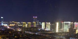 Concepto urbano de las propiedades inmobiliarias: ciudad en el cielo del color y el fondo crepusculares del paisaje urbano de las imagen de archivo
