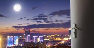 Concepto urbano de las propiedades inmobiliarias: escena grande de la noche de la ciudad fotos de archivo