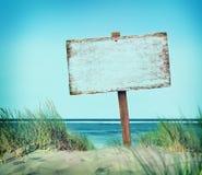 Concepto vacío del verano de la costa costa de la madera de la bandera de la muestra del tablón de la playa Fotografía de archivo