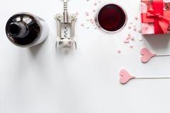 Concepto Valentine Day con el vino en la opinión superior del fondo blanco Foto de archivo libre de regalías
