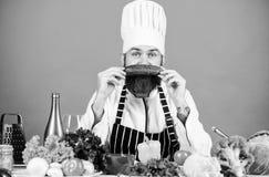 Concepto vegetariano de la receta Elija la forma de vida vegetariana El delantal del sombrero del cocinero del hombre sostiene ve fotos de archivo libres de regalías