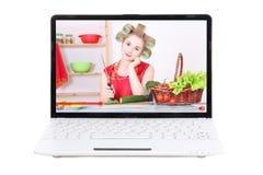 Concepto video del blog de la comida - mujer que hace la comida en la ISO de la pantalla del ordenador portátil Fotos de archivo libres de regalías
