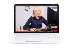 Concepto video del blog del negocio - la mujer de negocios en la pantalla del ordenador portátil es Fotos de archivo libres de regalías