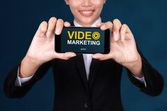 Concepto video del márketing, vídeo feliz marcha del texto de Show de la empresaria imagen de archivo