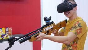 Concepto visual de la realidad media Hombre con auriculares de VR en el cuarto y los videojuegos de los juegos El videojugador ju almacen de video