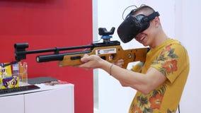 Concepto visual de la realidad media Hombre con auriculares de VR en el cuarto y los videojuegos de los juegos El videojugador ju almacen de metraje de vídeo