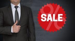 Concepto y hombre de negocios del sello de la venta con los pulgares para arriba Fotografía de archivo libre de regalías