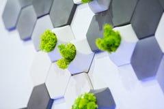 Conceptontwerp van de muur, de witte en grijze concrete bakstenen en mos het groeien in hen Ecologisch bureaudecor royalty-vrije stock afbeeldingen