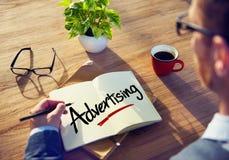 Conceptos de Brainstorming About Advertising del hombre de negocios fotos de archivo