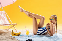 Conceptos de la belleza Vacaciones de verano y tiempo libre agradable con las bebidas Imagen de archivo