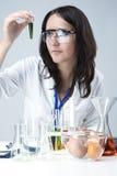 Conceptos de la ciencia y de la medicina Retrato del personal femenino del laboratorio que trata de los frascos y de las sustanci foto de archivo