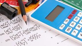 Conceptos de la ecuación cuadrático de la matemáticas Fuentes de escuela usadas en matemáticas Herramientas de dibujo de la matem foto de archivo