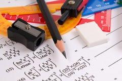 Conceptos de la ecuación cuadrático de la matemáticas Fuentes de escuela usadas en matemáticas Herramientas de dibujo de la matem imagen de archivo libre de regalías