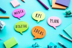 Conceptos de la estrategia empresarial y de la creatividad con la reunión de reflexión del equipo en el papel de nota imagen de archivo libre de regalías