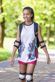 Conceptos de la forma de vida Adolescente afroamericano que patina en los rodillos Foto de archivo