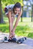Conceptos de la forma de vida del adolescente El adolescente afroamericano pone Fotos de archivo