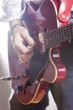 Conceptos de la música Guitarrista masculino que se realiza con Guit eléctrico fotografía de archivo libre de regalías