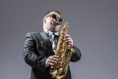 Conceptos de la música Retrato del caucásico expresivo maduro Saxophon fotografía de archivo libre de regalías