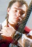 Conceptos de la música Retrato del primer del guitarrista masculino joven Posi Imagen de archivo libre de regalías