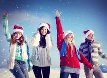 Conceptos de la Navidad del invierno del disfrute de los amigos Foto de archivo