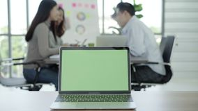 Conceptos de la tecnología del negocio - oficina de trabajo de la forma de vida de Digitaces Ordenador portátil con la pantalla v