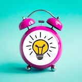 Conceptos de las ideas de la inspiración con el icono del icono de la bombilla en despertador Hora y l?nea de fecha foto de archivo