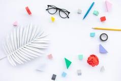 Conceptos de las ideas de la inspiración con el objeto comercial en el fondo blanco de la tabla fotografía de archivo libre de regalías