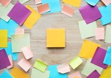 Conceptos de las ideas de la inspiración con el papel de carta colorido en la tabla de madera fotos de archivo