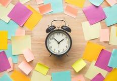 Conceptos de las ideas de la inspiración con el reloj y el papel de carta colorido fotos de archivo