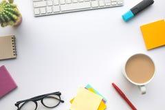 Conceptos de las ideas de la inspiración con los accesorios en la mesa de trabajo del negocio imagen de archivo libre de regalías