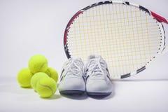Conceptos de las imágenes de los deportes: Tenis Raquet, pelotas de tenis e instructores Fotos de archivo libres de regalías
